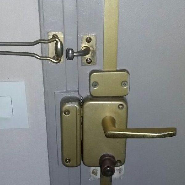 Porte fracturée remplacée et renforcée